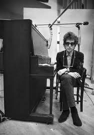 Dyan junto al piano