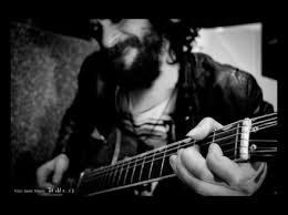 gato solo con guitarra